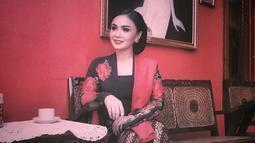 Yuni Shara tampak begitu anggun saat mengenakan kebaya warna hitam dengan motif bunga-bunga. (Foto: instagram.com/yunishara36)