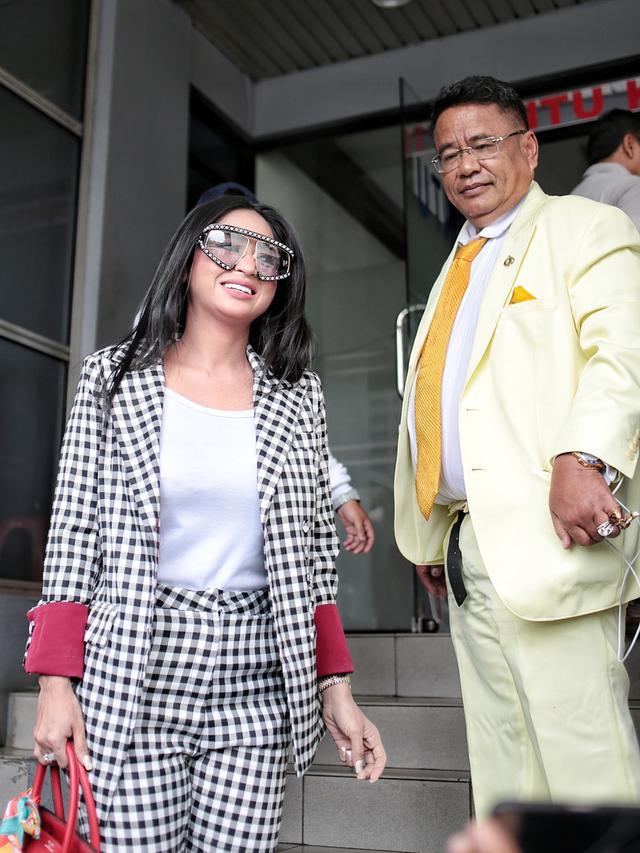 Dewi Perssik bersama Hotman Paris melaporkan Rosa Meldianti (Liputan6.com/ Faizal Fanani)