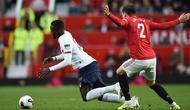 Striker Liverpool, Divock Origi, dijatuhkan bek Manchester United, Victor Lindelof, pada laga Premier League di Stadion Old Trafford, Manchester, Minggu (20/10). Kedua klub bermain imbang 1-1. (AFP/Oli Scarff)