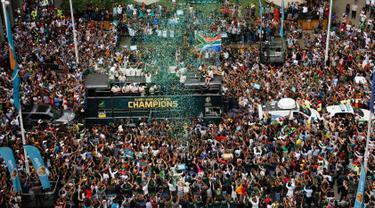 Timnas Afrika Selatan disambut meriah warga saat parade kemenangan Piala Dunia Rugby 2019 di Kota Johannesburg, Afrika Selatan, Kamis (7/11/2019). Timnas Afrika Selatan meraih gelar juara Piala Dunia Rugby 2019 setelah mengalahkan Inggris di final. (AP Photo/Denis Farrell)