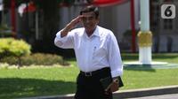 Jenderal TNI (Purn) Fachrul Razi tiba di Kompleks Istana Kepresidenan di Jakarta, Selasa (22/10/2019). Begitu tiba, politisi Partai Golkar ini menyapa para pewarta yang telah menanti kedatangan para calon menteri Jokowi. (Liputan6.com/Angga Yuniar)