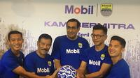 Kesepakatan sponsor antara ExxonMobil, yang diwakili Wakil Presiden ExxonMobil, Kamal Singh (tengah, dan Persib Bandung, yang diwakili Direktur PT Persib Bandung Bermartabat, Teddy Tjahjono (kedua dari kanan), manajer tim Umuh Muchtar (kedua dari kiri), dan perwakilan pemain. (Bola.com/Erwin Snaz)