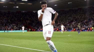 Gelandang Inggris, Jadon Sancho berselebrasi usai mencetak gol ke gawang Kosovo pada pertandingan grup A Kualifikasi Euro 2020 di Stadion St Mary di Southampton (10/9/2019). Sancho mencetak dua gol dan mengantar Inggris menang telak 5-3 atas Kosovo. (Adam Davy / PA via AP)