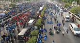 Mahasiswa memblokade Tol Dalam Kota saat berdemonstrasi menolak RUU KUHP dan revisi UU KPK di depan Gedung DPR, Jakarta, Selasa (24/9/2019). Demonstrasi mahasiswa membuat arus lalu lintas Tol Dalam Kota lumpuh. (merdeka.com/Arie Basuki)