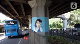 Mural bertema Covid-19 menghiasi pilar Jalan Tol Ir. Wiyoto Wiyono di kawasan Cempaka Putih, Jakarta, Rabu (2/12/2020). Pembuatan mural pada 100 pilar tersebut bertujuan untuk menghiasi kolong tol agar lebih berwarna. (Liputan6.com/Immanuel Antonius)