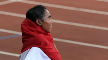 Pelari putri Indonesia Triyaningsih meraih emas nomor lari 10.000m SEA Games yang berlangsung di Stadion Nasional Singapura. Kamis (11/6). (Bola.com/Arief Bagus)