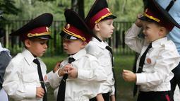 Para taruna muda memeriksa seragam mereka sebelum upacara pada hari pertama sekolah di salah satu sekolah Kadet terbaik, lyceum, di Kiev, Senin (3/9). Ukraina menandai Hari Pengetahuan, sebagai dimulainya tahun ajaran baru. (AP Photo/Efrem Lukatsky)