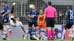 Bek Sevilla, Diego Carlos melakukan tendangan salto untuk mencetak gol ke gawang Inter Milan pada pertandingan Final Liga Europa di Stadion Rhein Energie, Cologne, Jumat (21/8/2020). Gol indah Diego Carlos menjadi penentu kemenangan Sevilla 3-2 atas Inter Milan. (WOLFGANG RATTAY/POOL/AFP)