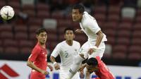 Bek Timnas Indonesia, Hansamu Yama, menyundul bola saat melawan Singapura pada laga Piala AFF di Stadion Nasional, Singapura, Jumat (9/11). Singapura menang 1-0 atas Indonesia. (Bola.com/M. Iqbal Ichsan)