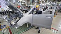 Pekerja menyelesaikan pembuatan mobil Kijang Innova pabrik Karawang 1 PT Toyota Motor Manufacturing Indonesia, Jawa Barat, Selasa (26/1). Pabrik ini memproduksi Kijang Innova serta Fortuner mencapai 130.000 unit pertahun. (Liputan6.com/Immanuel Antonius)