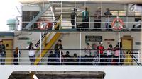 Sejumlah pemudik menanti waktu keberangkatan kapal di dermaga 6 Pelabuhan Penyebrangan Merak-Bakauheni, Banten, Rabu (21/6). Hingga H-4 lebaran 2017, belum terlihat penumpukan penumpang maupun kendaraan. (Liputan6.com/Helmi Fithriansyah)