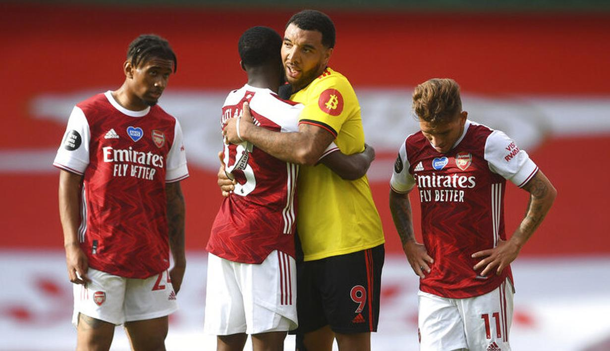 Pemain Arsenal, Ainsley Maitland-Niles, berusaha menenangkan pemain Watford, Troy Deeney, pada laga Premier League di Stadion Emirates, Minggu (26/7/2020). Arsenal menang 3-2 atas Watford. (AP photo/Neil Hall, Pool)