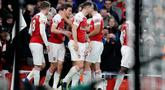 Bek Arsenal, Laurent Koscielny (kedua kiri) berselebrasi dengan rekannya usai mencetak gol ke gawang Chelsea pada pertandingan lanjutan Liga Inggris di stadion Emirates di London (19/1). Arsenal menang 2-0 atas Chelsea. (AP Photo/Frank Augstein)