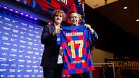 Antoine Griezmann dan Presiden Barcelona, Josep Bartomeu, saat sesi perkenalan resmi, Minggu (14/7/2019). (Bola.com/Dok. FC Barcelona)