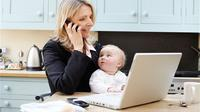 Tidak kalah dengan lelaki, wanita kini juga banyak yang memilih untuk berperan aktif untuk membantu menopang keluarga dengan bekerja.