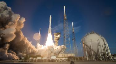 Roket Atlas V United Launch Alliance yang mengangkut Mars Perseverance milik NASA diluncurkan dari Kompleks Peluncuran Antariksa 41 di Pangkalan AU Tanjung Canaveral, Florida, AS, 30 Juli 2020. Peluncuran ini untuk mencari tanda-tanda kehidupan masa lampau di Planet Merah. (Xinhua/NASA/Joel Kowsky)