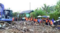 Alat berat dikerahkan untuk membersihkan puing bangunan rusak dalam bencana gempa Banjarnegara. (Foto: Liputan6.com/ Mimid BPBD/Muhamad Ridlo)