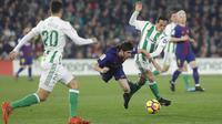 Gelandang Barcelona, Sergi Roberto, dijatuhkan gelandang Real Betis, Andres Guardado, pada laga La Liga Spanyol di Stadion Benito Vilamarin, Sevilla, Minggu (21/1/2018). Betis kalah 0-5 dari Barcelona. (AP/Miguel Morenatti)