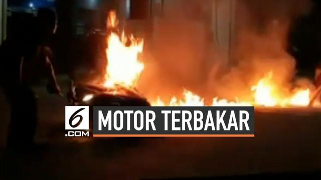 Suasana SPBU di Cibeureum Tasikmalaya sempat heboh saat sebuah motor terbakar. Percikan api tiba-tiba muncul usai pengemudi motor mengisi BBM.