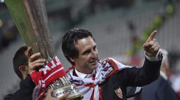 Unai Emery merebut gelar pertama Liga Europa bersama Sevilla di musim pertamanya menukangi Sevilla pada musim 2013/2014. Di partai final yang dilangsungkan di Juventus Stadium, Turin, 14 Mei 2014, Sevilla mengalahkan Benfica melalui adu penalti. (AFP/Marco Bertorello)