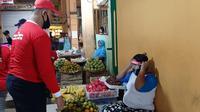 Kader DPC PDI Perjuangan Kota Yogyakarta membagikan masker dan berbagai alat pelindung diri (APD) bagi pedagang pasar di Beringharjo.