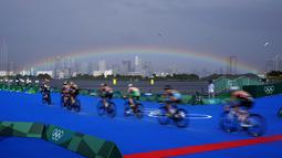 Pelangi terlihat saat para atlet bertanding di cabang sepeda kompetisi triathlon individu putri Olimpiade Tokyo 2020, Selasa (27/7/2021). (Foto: AP/David Goldman)