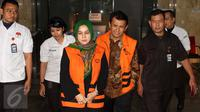 Gubernur Sumatera Utara Gatot Pujo Nugroho dan istrinya, Evi berjalan keluar Gedung KPK usai diperiksa, Jakarta, Selasa (25/8/2015). Keduanya diperiksa sebagai saksi dalam kasus dugaan korupsi dana bansos di Sumatera Utara. (Liputan6.com/Helmi Afandi)