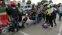 Kecelakaan antara pesepeda motor terjadi di  jalan Lamaran, Karawang, Jawa Barat, Minggu (3/7). Kecelakaan kecil terjadi menimpa pemudik yang menggunakan sepeda motor di jalan Lamaran, Karawang. (Liputan6.com/Gempur M Surya)