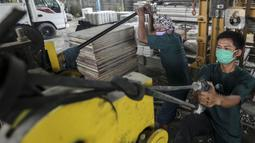 Pekerja menyelesaikan pembuatan paving block berbahan sampah plastik di Rebricks, Pondok Pinang, Jakarta, Kamis (29/10/2020). Rebricks menyasar sampah plastik sebagai salah satu material utama pembuatan paving block dengan harga jual Rp 95.000 per meter persegi. (Liputan6.com/Johan Tallo)