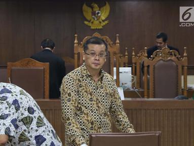 Terdakwa dugaan suap fungsi pengawasan anggota DPRD Kalimantan Tengah, Teguh Dudy Syamsuri Zaldy, Edy Saputra Suradja dan Willy Agung (kiri ke kanan) saat sidang lanjutan di Pengadilan Tipikor, Jakarta, Rabu (13/2). (Liputan6.com/Helmi Fithriansyah)