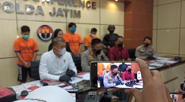 Polisi menangkap 5 tersangka pembuat surat rapid tes palsu. (Dian Kurniawan/Liputan6.com)