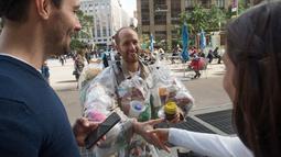 Aktivis lingkungan Rob Greenfield menyapa warga saat melakukan kampanye peduli lingkungan di New York, AS, 4 September 2016. Aksi Rob merupakan bagian dari rencana untuk meningkatkan kesadaran orang orang akan pengunaan sampah. (AFP Photo/Bryan R. Smith)