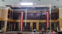 Dinding dan plafon Gedung DPRD Kota Bogor runtuh akibat hujan deras dan angin kencang. (Achmad Sudarno/Liputan6.com)