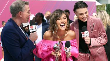 Penyanyi Agnez Mo (tengah) memegang piala iHeartRadio Music Awards 2019 di Los Angeles, California, AS, Kamis (14/3). Agnez Mo berhasil menyabet gelar juara kategori Social Star Award. (Phillip Faraone/Getty Images North America/AFP)