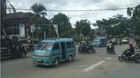 Mobil angkutan Kota yang sehari-hari beroperasi di Kota Kendari, Sulawesi Tenggara terancam berkurang jumlah penghasilannya dengan masuknya Grab. (Liputan6.com/Ahmad Akbar Fua)