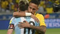 Pemain Argentina, Lionel Messi (kiri) dipeluk rekan setimnya di Barcelona, Neymar sebelum laga  Kualifikasi Piala Dunia 2018 zona Amerika Selatan di Stadion Governador Magalhaes Pinto, Belo Horizonte, Kamis (10/11/2016). (AFP/Douglas Magno)