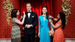 Penampilan baru jas dan gaun dari patung lilin pasangan kerajaan itu di Madame Tussauds, London, Rabu (2/7/14). (AFP PHOTO/Leon Neal)