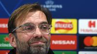 Jurgen Klopp menegaskan Liverpool akan bermain menyerang pada laga lanjutan Liga Champions melawan Napoli yang berlangsung di stadion Anfiled, Inggris, Rabu (13/12). Liverpool membutuhkan kemenangan agar bisa lolos ke babak gugur. (AFP/Paul Ellis)