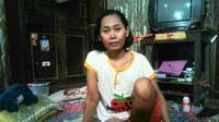 Akibat lututnya terus membengkak, ibu empat anak itu kesulitan mengurus diri sendiri dan kedua anaknya. (Liputan6.com/Dian Kurniawan)