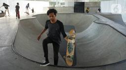 Pengunjung memanfaatkan fasilitas skate park di kolong flyover Pasar Rebo, Jakarta, Selasa (14/1/2020). Skate park yang telah selesai dibangun tersebut kini mulai diramaikan pengunjung, khususnya pada sore hari. (Liputan6.com/Immanuel Antonius)
