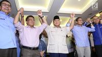 Capres nomor urut 02 Prabowo Subianto (tengah) berjabat tangan dengan cawapres Sandiaga Uno dan koalisi Adil Makmur usai memberi ketarangan terkait hasil putusan sidang Mahkamah Konstitusi (MK) di Jakarta, Kamis (27/6/2019). (Liputan6.com/Angga Yuniar)