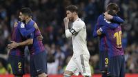 Bek Real Madrid, Sergio Ramos, melintas diantara pemain Barcelona pada laga La Liga di Stadion Santiago Bernabeu, Sabtu (2/3). Real Madrid takluk 0-1 dari Barcelona. (AP/Andrea Comas)