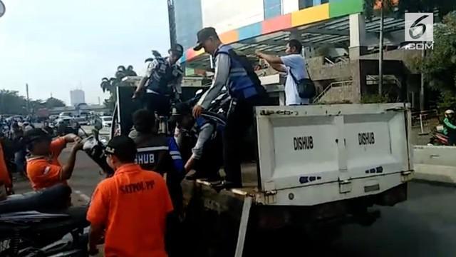 Polisi mengimbau pengunjung Season City untuk memindahkan parkir kendaraannya. Bagi yang tak menggubris, polisi akan menderek kendaraan tersebut.