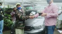 Aksi tukar mobil dengan delapan jenis tanaman hias di Pasar Tanaman Hias, Kota Bogor, Jawa Barat, Rabu (20/1/2021). (Liputan6.com/Achmad Sudarno)