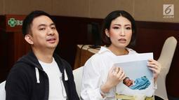 Ayu Dewi telah melahirkan anak keduanya yang berjenis kelamin laki-laki pada Jumat (7/7/2017) melalui persalinan normal, Jakarta, Senin (10/7). Ayu memberi nama anak keduanya tersebut Mohamad Aqlan Akasah Datau. (Liputan6.com/Herman Zakharia)