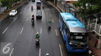Bus Angkutan Perbatasan Terintegrasi Busway (APTB) saat berhenti di halte Transjakarta BNN, Cawang, Jakarta, Selasa (8/3/2016). Sebelumnya, Dinas Perhubungan DKI Jakarta sempat melarang bus APTB memasuki wilayah Ibukota. (Liputan6.com/Yoppy Renato)