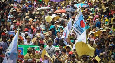 Ribuan pegawai honorer menggelar aksi longmarch dari patung kuda menuju Istana Negara, Jakarta, (15/10/14). (Liputan6.com/Faizal Fanani)