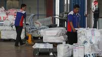 Pekerja memilah paket barang untuk dikirim ke berbagai daerah di gudang logistik TIKI, Bandara Soekarno-Hatta, Kamis (18/5). Pengiriman logistik di Ramadan dan Lebaran 2017 diprediksi akan mengalami peningkatan hingga 50 persen (Liputan6.com/Angga Yuniar)