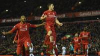 Gelandang Liverpool, James Milner, merayakan gol ke gawang Swansea City pada laga Premier League di Stadion Anfield, Livepool, Senin (30/11/2015) dini hari WIB. (AFP PHOTO/Paul Ellis)