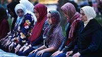 Jemaah muslim wanita melakukan salat sebelum berbuka puasa Ramadan di Lafayette Square, Washington DC (6/6). Usai melakukan salat mereka juga melakukan buka puasa Ramadan bersama.  (AFP/Mandel Ngan)